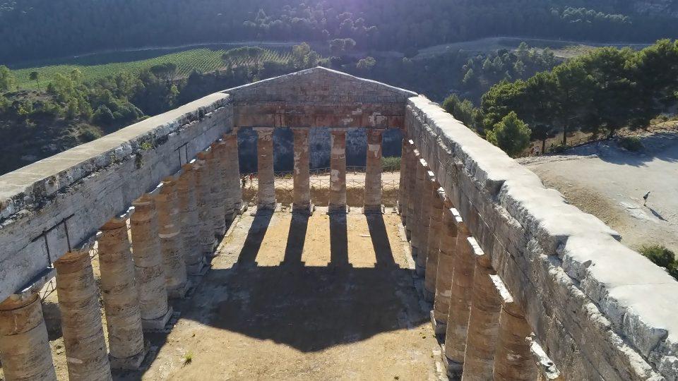 Castellammare e segesta. Il tempio dorico visto dall'alto col drone.