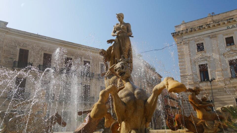 Siracusa. Fontana di Artemide in piazza Archimede.