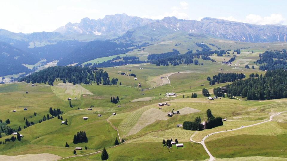 Castelrotto. Panoramica dal drone, sull'Alpe di Siusi.