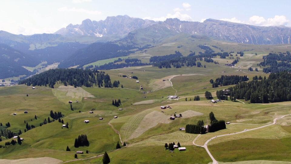 Val Garden. Alpe di Siusi vista dal drone Mavic 2 Zoom.