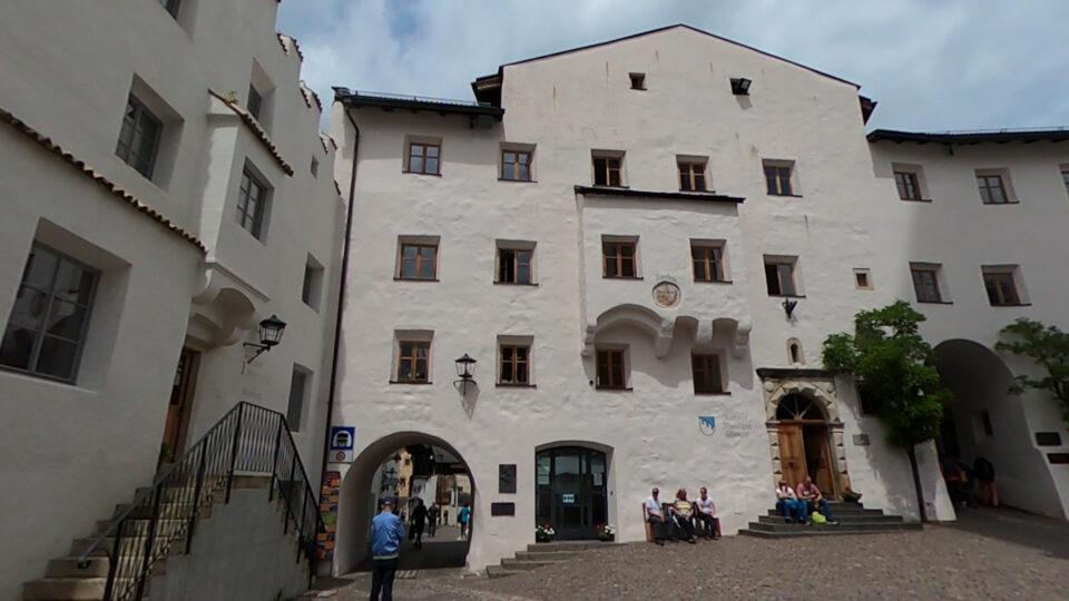 Castelrotto. Piazza Kraus con il bel palazzo del municipio.